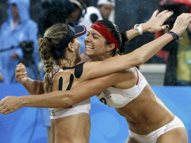 тейпироание плеча спортсменки-волейболистки