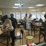 участники семинара учатся делать массаж