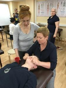 Л. Витвинова показывает как делать сплит-массаж