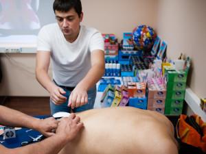 Павел Коломиец тейпирует пациента